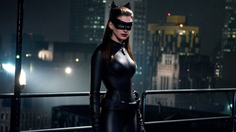 Exitoína · Anne Hathaway comenta sobre a escolha de Zoe Kravitz ...