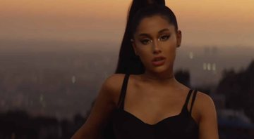 "Ariana Grande no clipe de ""Break Up With Your Girlfriend"" - Transmissão/Record TV"