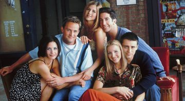 Jeniffer Aniston Lisa Kudrow, Courtney Cox, David Schwimmer, Matt LeBlanc e Matthew Perry no set de Friends - Divulgação/Warner Bros.