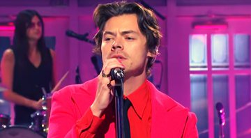 Harry Styles apresentou e foi atração musical do Saturday Night Live no sábado (16) e estreou novo single, Watermelon Sugar - YouTube
