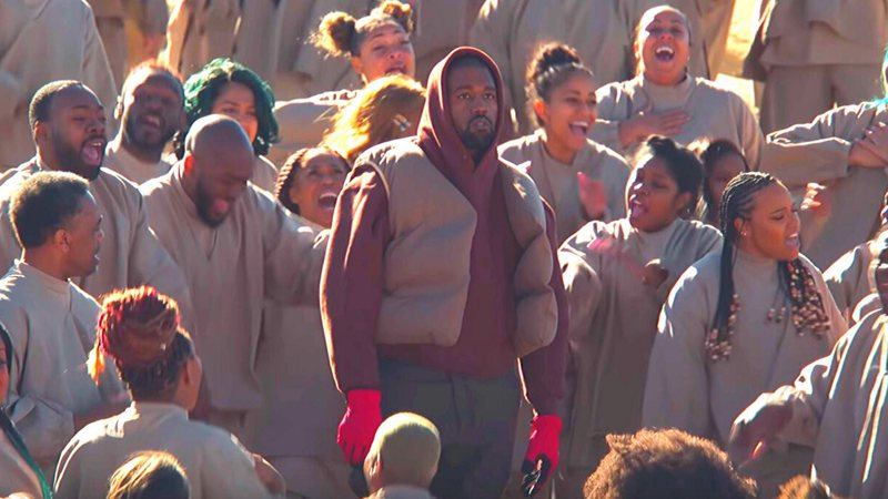 Kanye West cercado pelo coral do Sunday Service no clipe de Closed For Sunday