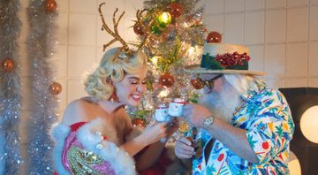 Katy Perry em clipe de Cozy Little Christmas - Youtube