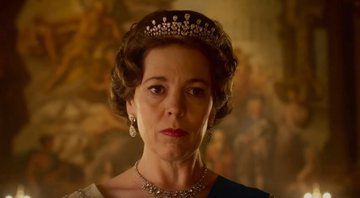Olivia Colman como a Rainha Elizabeth II em The Crown - YouTube/Netflix