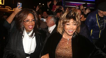Oprah Winfrey e Tina Turner na saída do Lunt-Fontanne Theatre, em Nova York - Photo by Bruce Glikas/FilmMagic/Getty Images