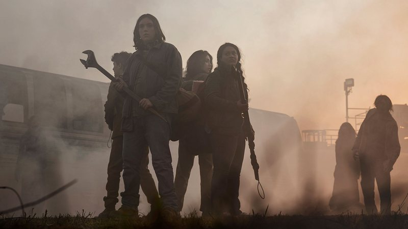 Personagens de The Walking Dead: World Beyond em foto oficial da série