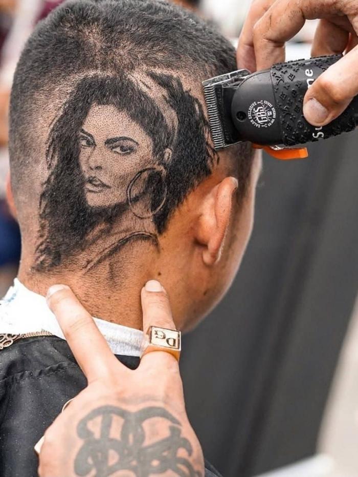 Barbeiro faz corte de cabelo com rosto de Juliana Paes
