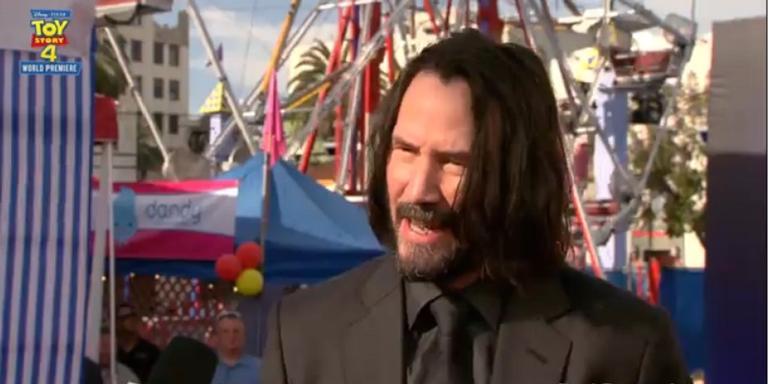 Keanu Reeves em entrevista no tapete vermelho de 'Toy Story 4'.