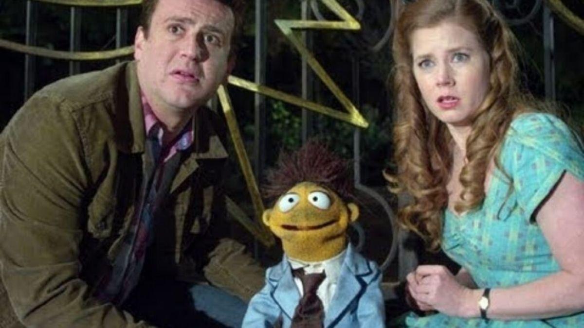 """Amy Adams e Jason Segel em """"Os Muppets"""" (Reprodução/Disney+)"""