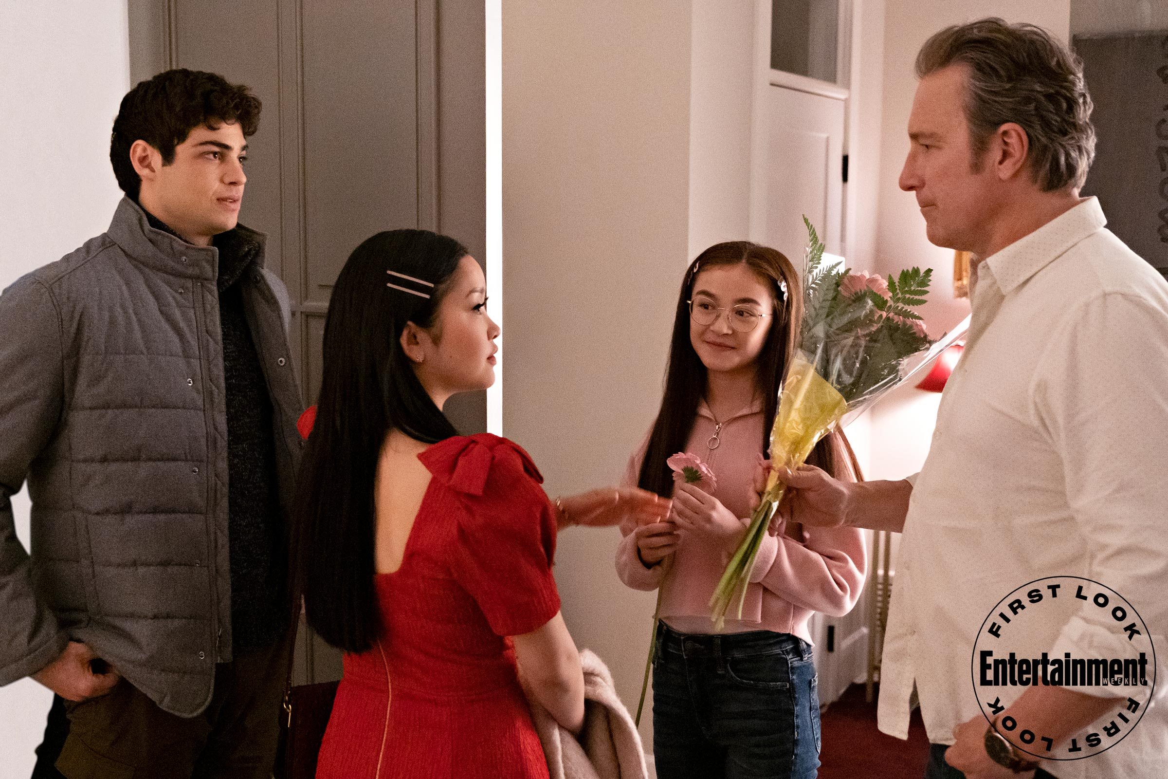 O casal aparece conversando com o pai das irmãs Sang em cena inédita