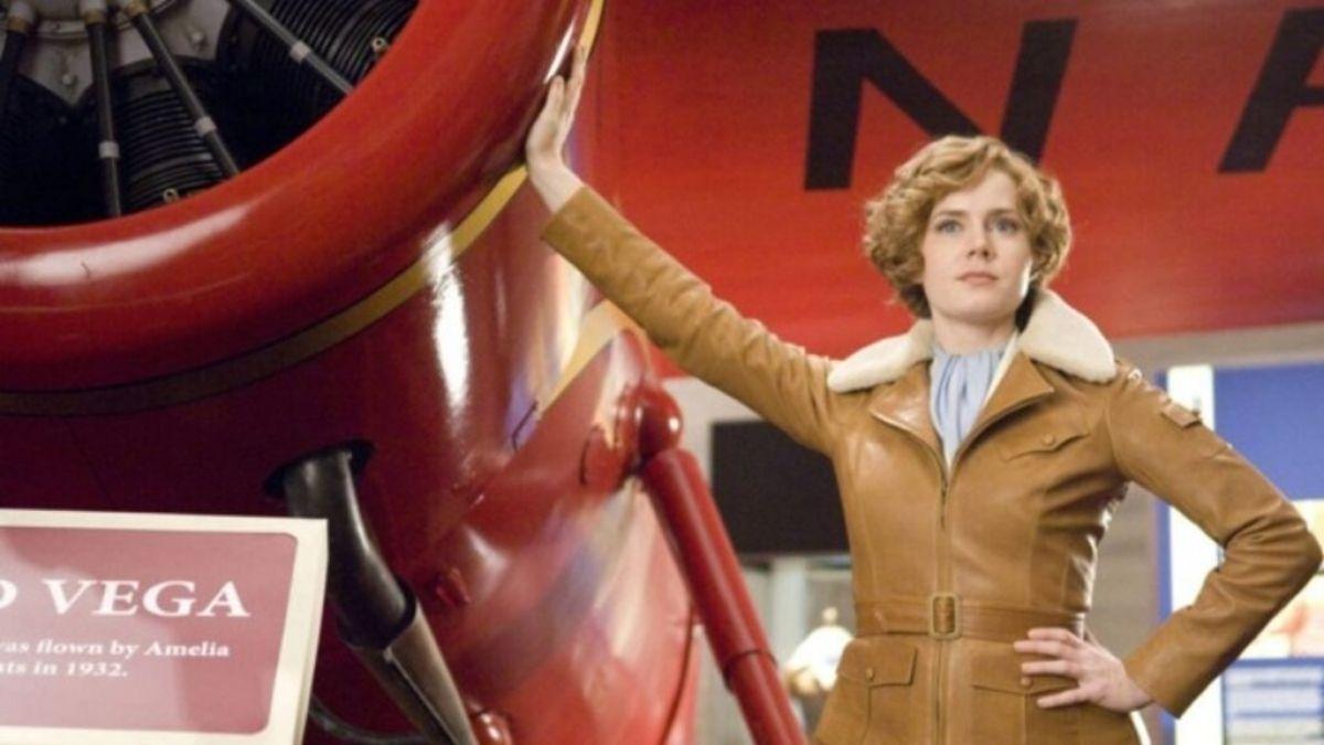 """Amy Adams ao lado de seu avião em """"Uma Noite No Museu"""" (Reprodução/Disney+)"""